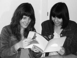 Rebeca L. González e Isabel Martínez haciendo que leen el número 2 de su revista